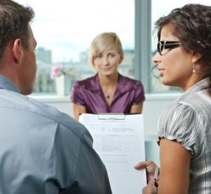 Kvinde-til-jobsamtale-bevarer-ro-og-selvtillid